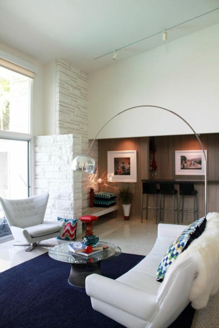 lampadaire-alinea-dans-le-salon-avec-tapis-bleu-foncé-et-meubles-beiges-dans-le-salon-moderne