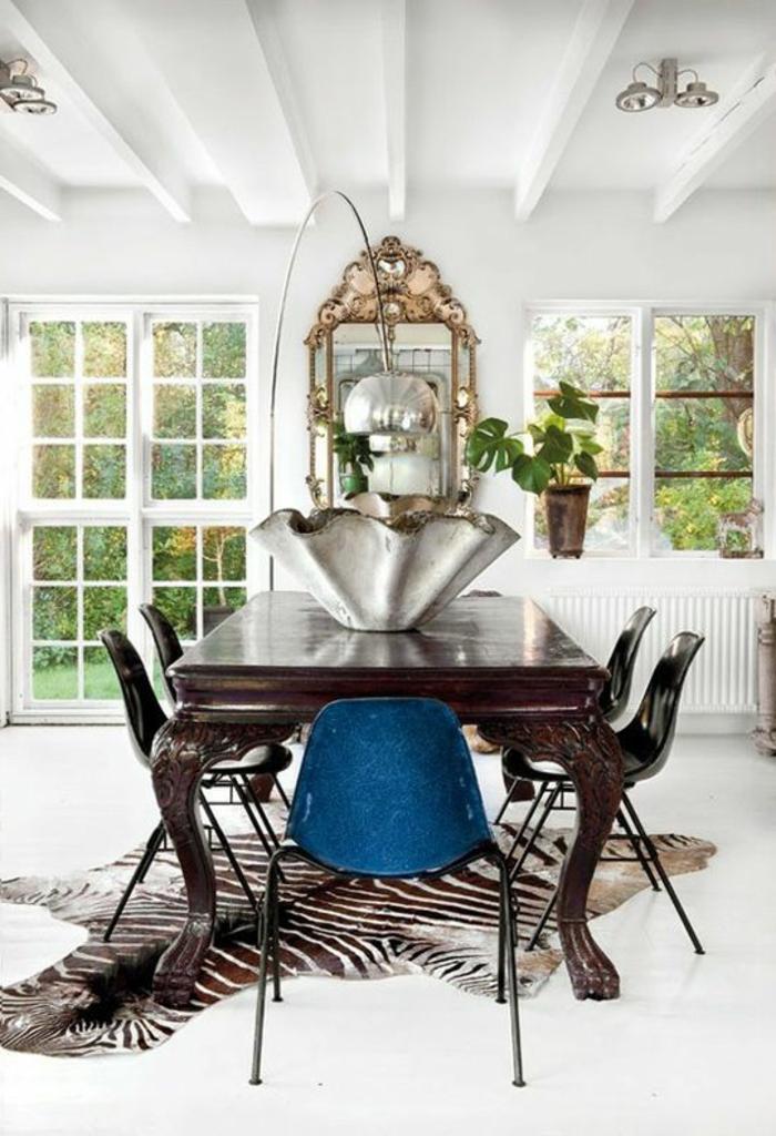 lampadaire-alinea-dans-le-salon-avec-tapis-en-peau-d-animal-tapis-de-zebre-chaises-plastiques-colorées
