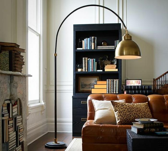 lampadaire-alinea-dans-le-salon-moderne-canape-en-cuir-marrn-clair-meubles-de-salon