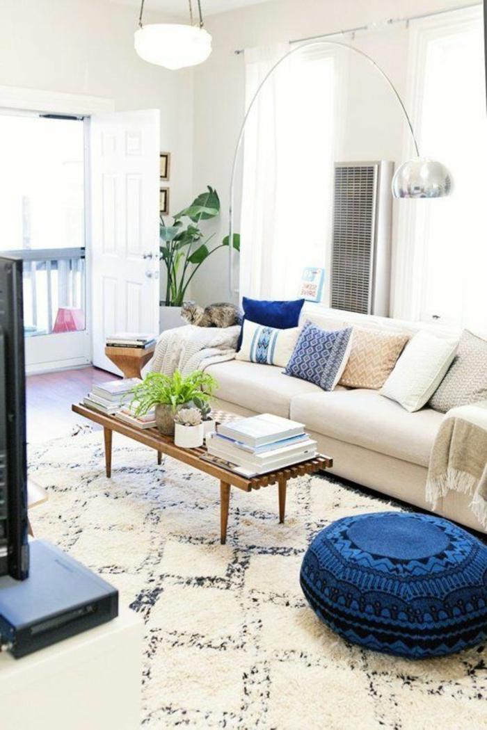 lampadaire-alinea-dans-le-salon-moderne-tapis-blanc-chaise-boule-bleue-table-de-salon-en-bois-et-verre