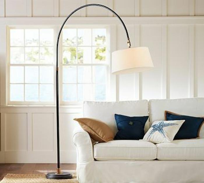 lampadaire-alinea-lampe-en-forme-d-arc-pour-le-salon-avec-meubles-beiges-coussins-decoratifs