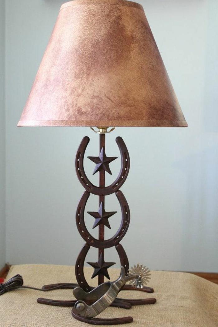 lampadaire-design-beige-et-rose-en-fer-forgé-pour-bien-decorer-le-salon