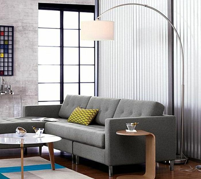 lampe-arc-blanche-lampadaire-halogene-dans-le-salon-avec-meubes-gris-coussins-colorés