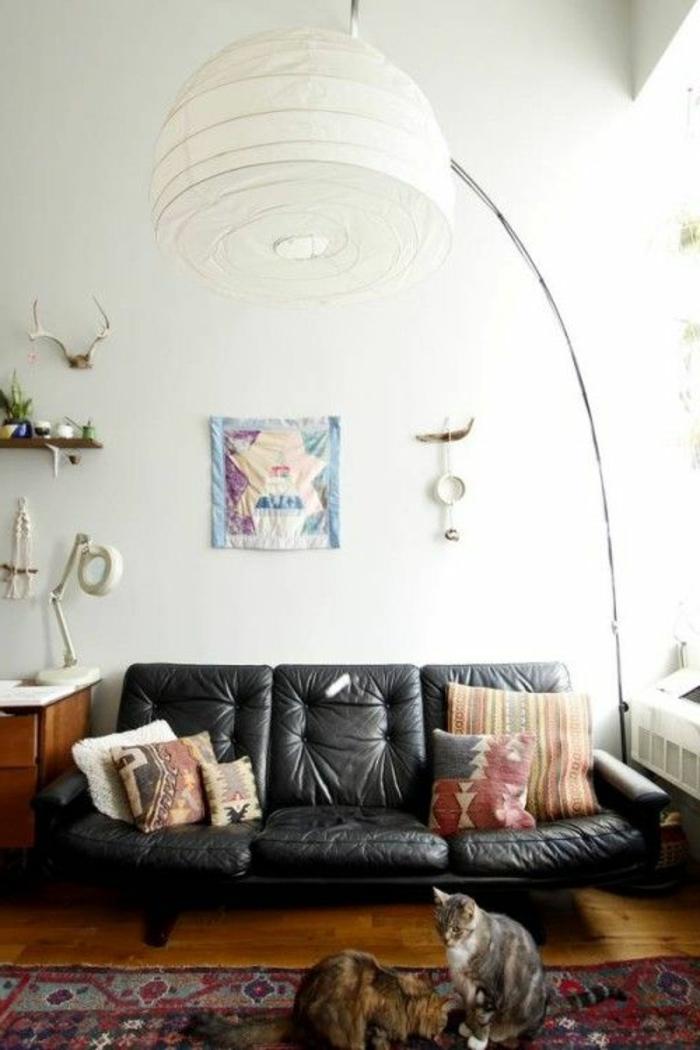 lampe-arc-lampadaire-alinea-en-tissu-blanc-pour-le-salon-avec-tapis-coloré-canapé-en-cuir-noir