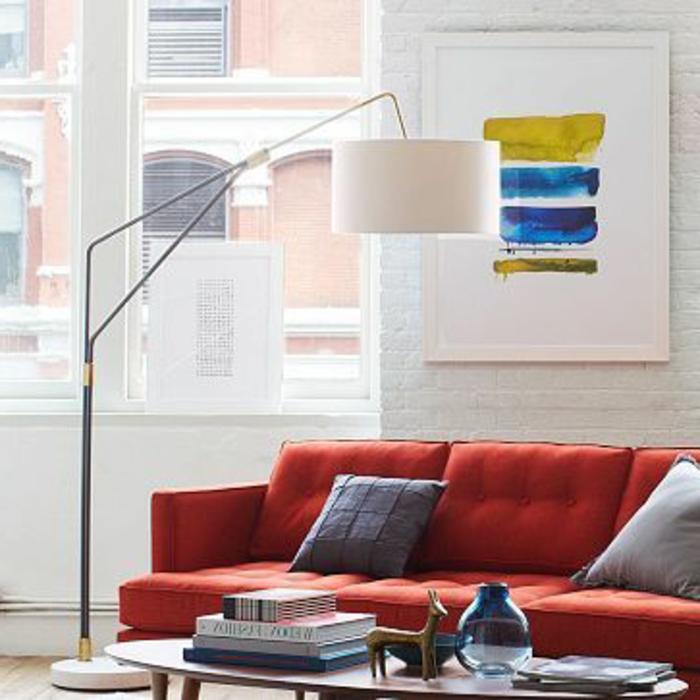 lampe-arc-lampadaire-conforama-pour-le-salon-avec-canape-rouge-mur-de-briques-blanches