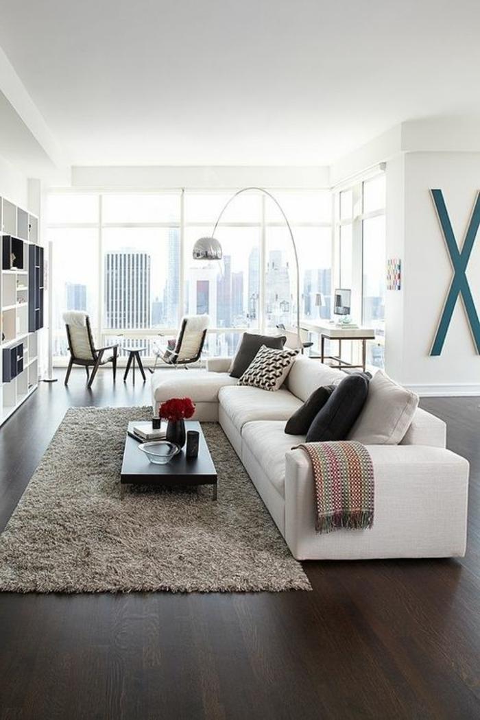 lampe-arc-lampadaire-conforama-pour-le-salon-moderne-avec-parquet-marron-foncé-et-tapis-beige-dans-le-salon