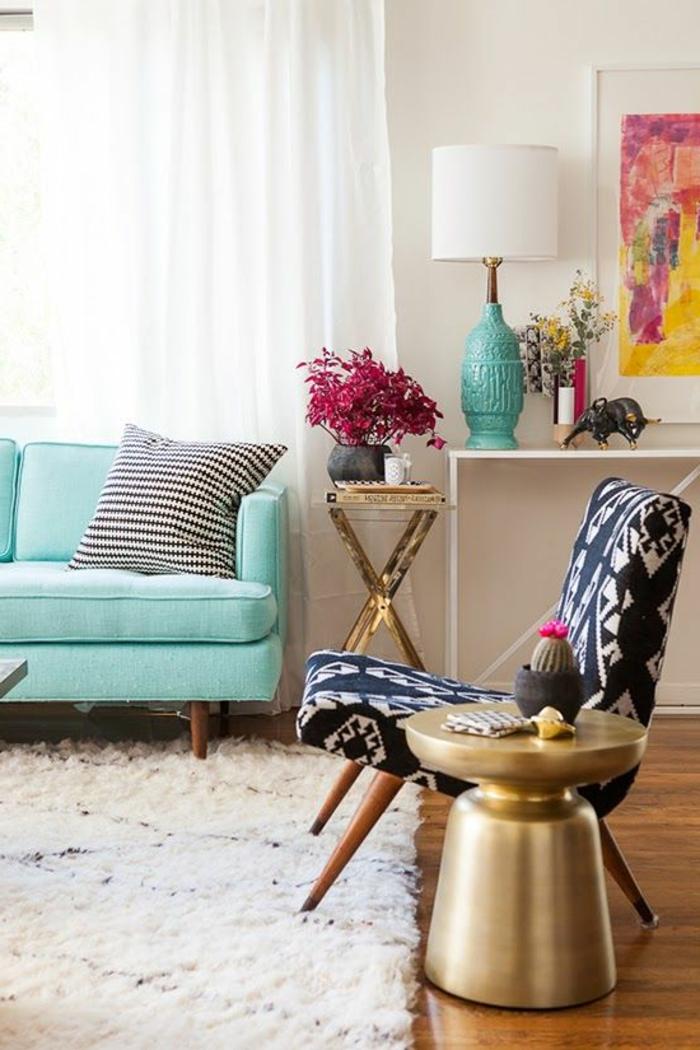 lampe-de-salon-de-couleur-bleu-ciel-dans-le-salon-avec-tapis-beige-et-chaise-moderne