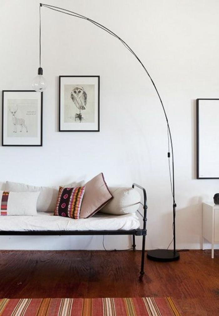 lampe-lampadaire-halogene-lampe-arc-de-salon-avec-tapis-rouge-et-sol-en-parquet-foncé
