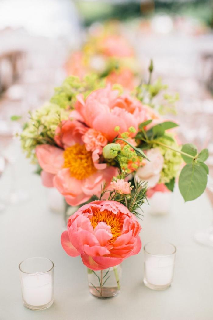 le-bouquet-garnis-avec-jolis-fleurs-sur-la-table-pour-la-bien-decorer-jolis-fleurs-sur-la-table