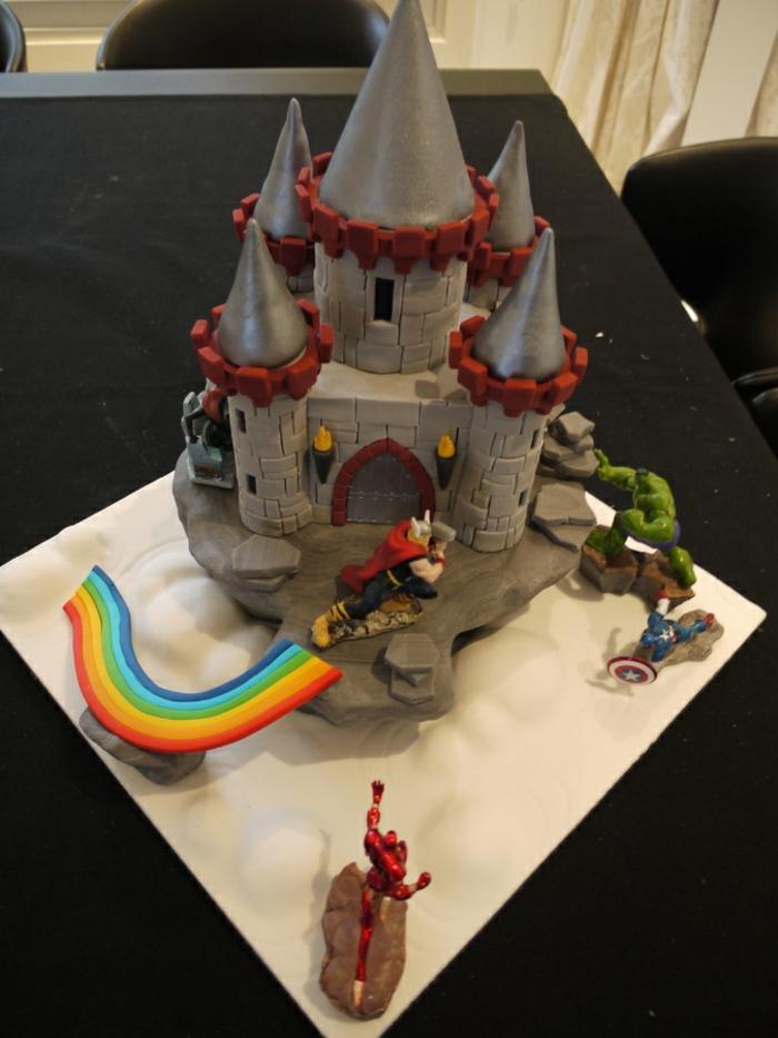 le-gateau-chateau-medieval-tour-dragon-arc-en-ciel