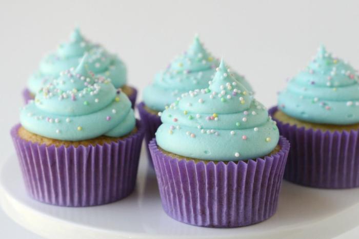 le-glacage-a-cupcake-glacage-pour-cupcake-bleue-avec-sucre