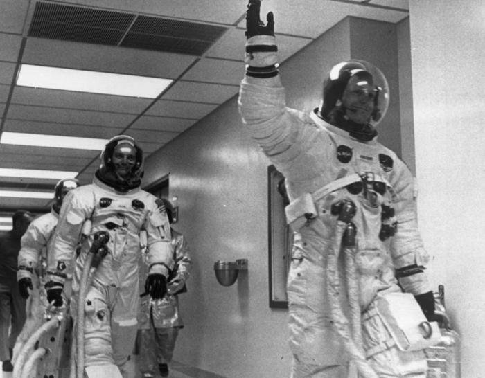 le-premier-pas-sur-la-lune-atterrissage-sur-lune-coutumes-les-astronautes