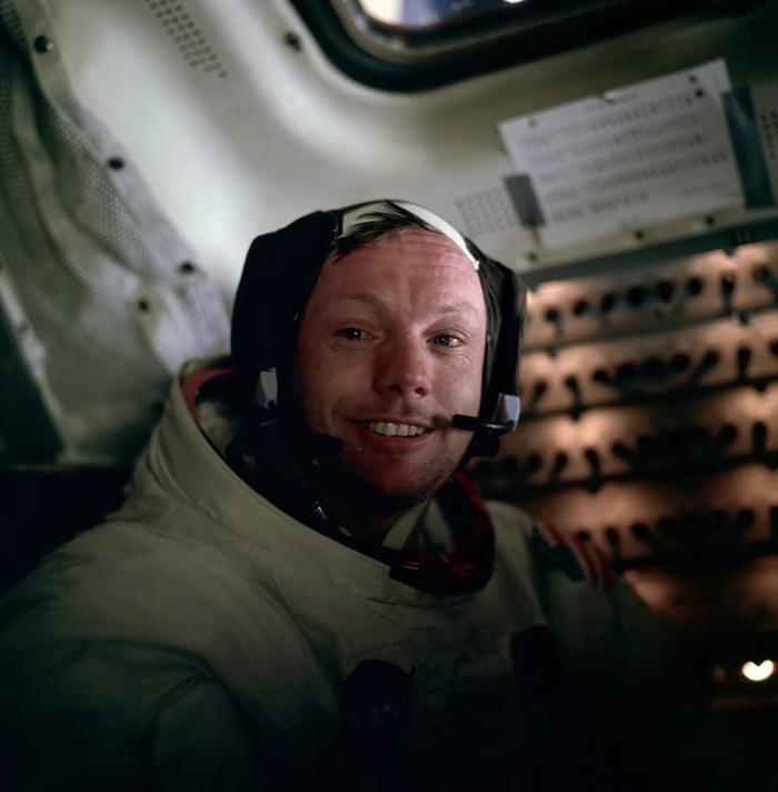 le-premier-pas-sur-la-lune-atterrissage-sur-lune-neil-armstrong-dans-le-spaceship