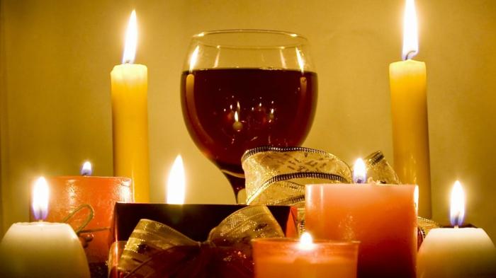 les-bougies-de-noël-sapin-vin-rouge-blanc-bougies-noel-table