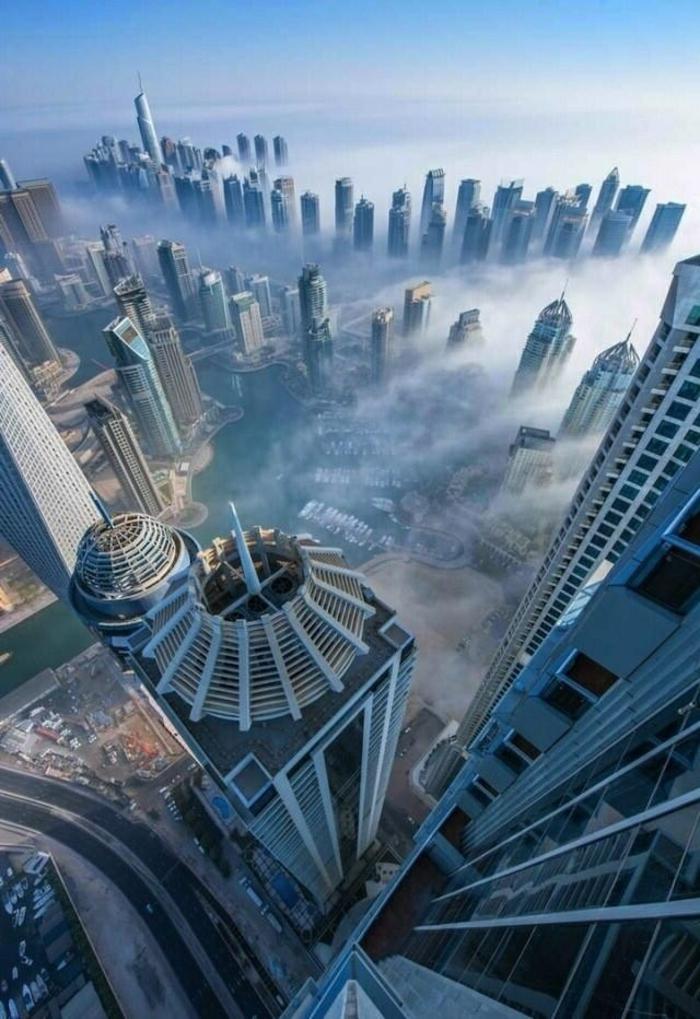 les-gratte-ciel-dans-les-nuages-jolie-vue-vers-le-ville-moderne-magnifique-vue