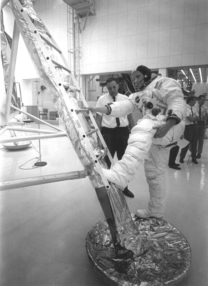 les-premiers-pas-sur-la-lune-Neil-Armstrong-essayage-escaliers