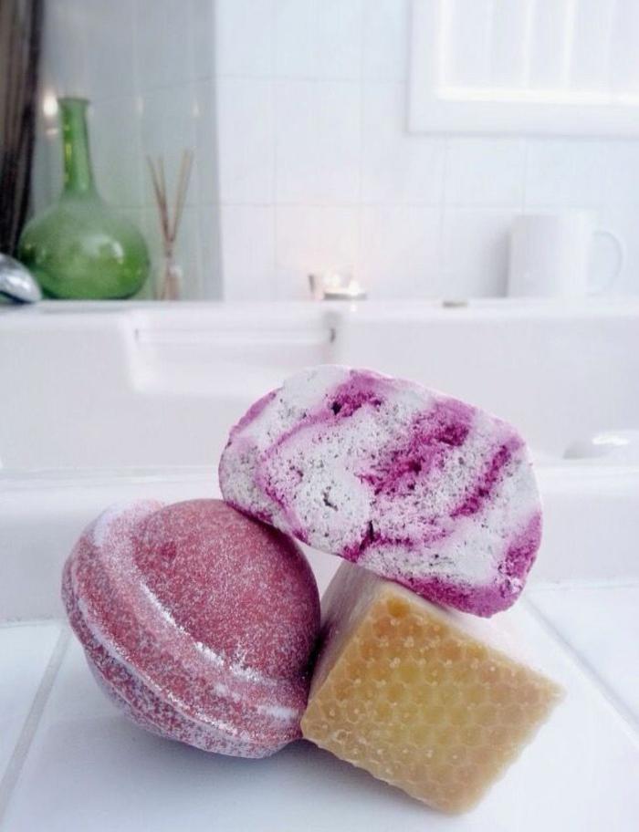 les-produits-lush-boule-de-bain-parfumé-baignoire-blanche-salle-de-bain