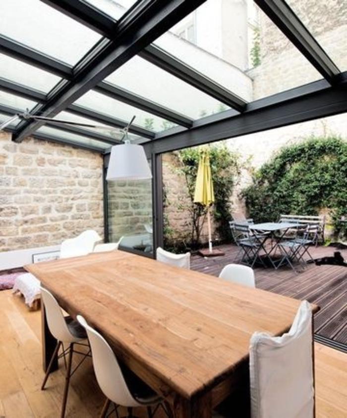 les-vérandas-en-kit-avec-plafond-et-mur-en-verre-une-jolie-véranda-avec-murs-et-plafond-en-verre