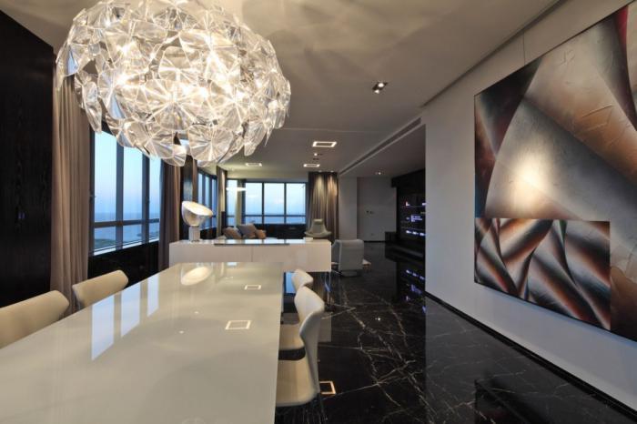 grand-lustre-salle-de-déjeuner-luxueuse-table-lisse-et-plafond-marbré-noir