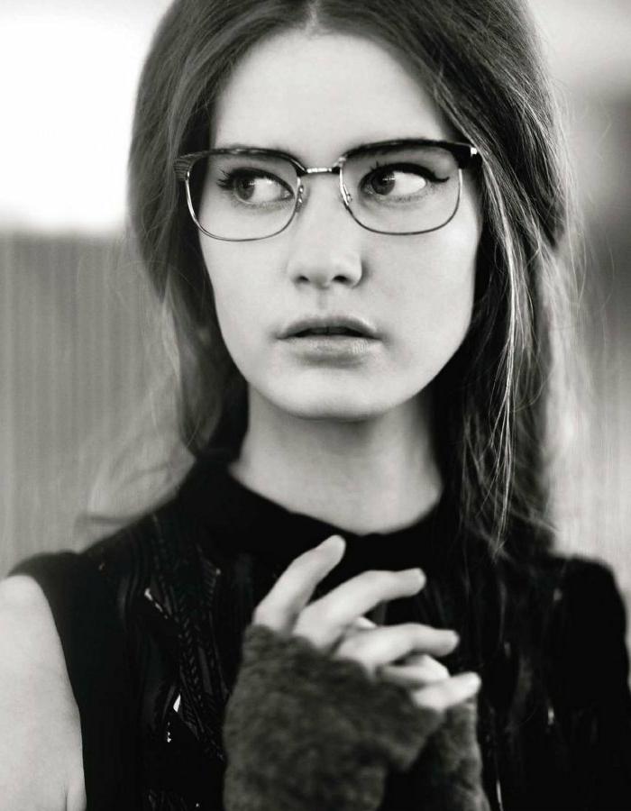 mode-hipster-femme-stylée-lunettes-hipster-photo-noir-et-blanc