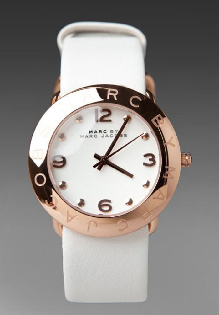 montre-marc-jacobs-bracelet-lisse-blanc-façade-blanche