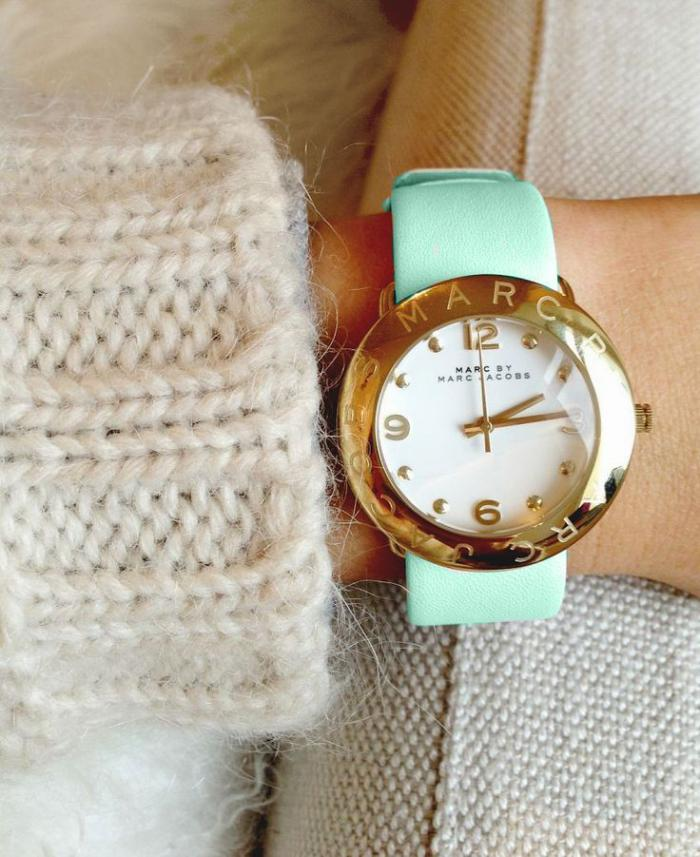 montre-marc-jacobs-design-doré-et-bracelet-couleur-menthe