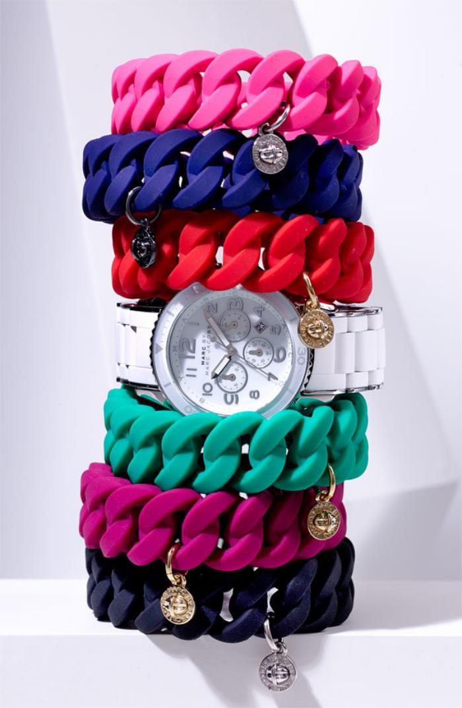 montre-marc-jacobs-joli-design-blanc-et-bracelets-colorés