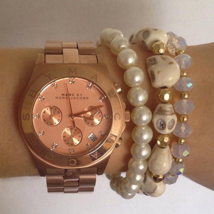 montre-marc-jacobs-le-rose-doré-porté-avec-des-bracelets-perles