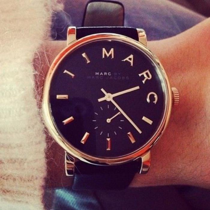 montre-marc-jacobs-modèle-noir-bracelet-en-cuir