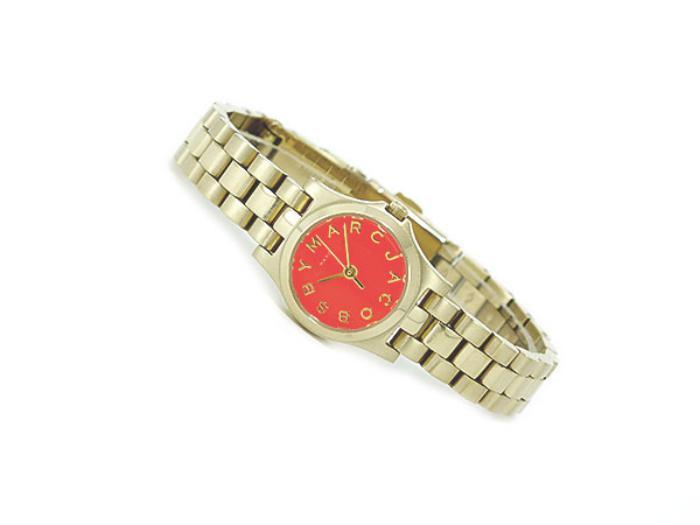 montre-marc-jacobs-montre-mignonne-façade-rouge