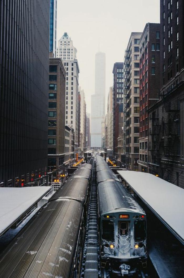 new-york-avec-gratte-ciel-hauts-dan-les-nuages-sur-les-rues-de-new-york
