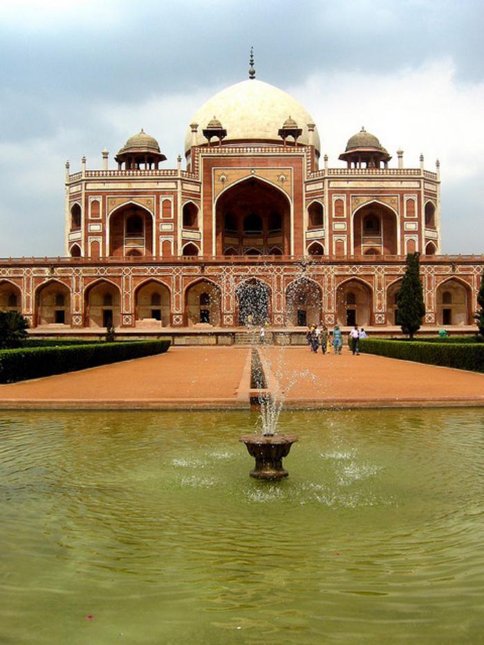 palais-indien-avec-beau-lac-architecture-del'Inde