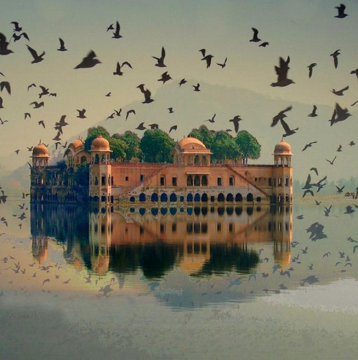 palais-indien-château-mystique-flottant-sur-l'eau