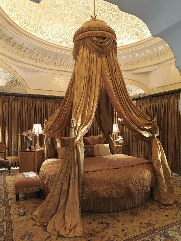 palais-indien-chambre-à-coucher-luxueuse-dans-un-hôtel-authentique