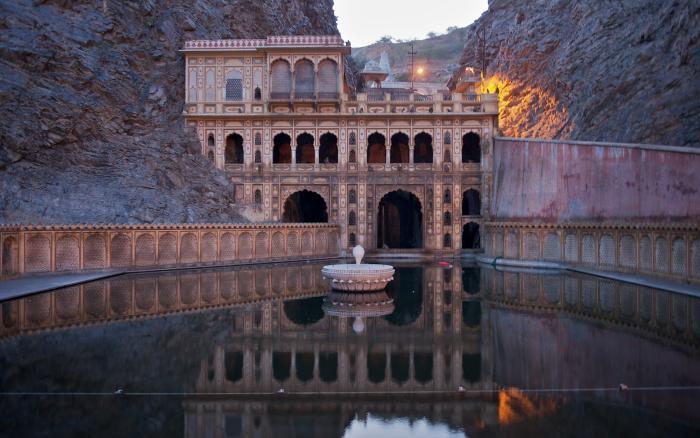 palais-indien-un-temple-indien-dans-les-rochers