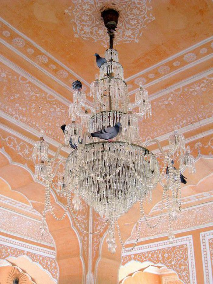 palais-indien-pigeons-sur-un-chandelier-majestueux-en-Inde
