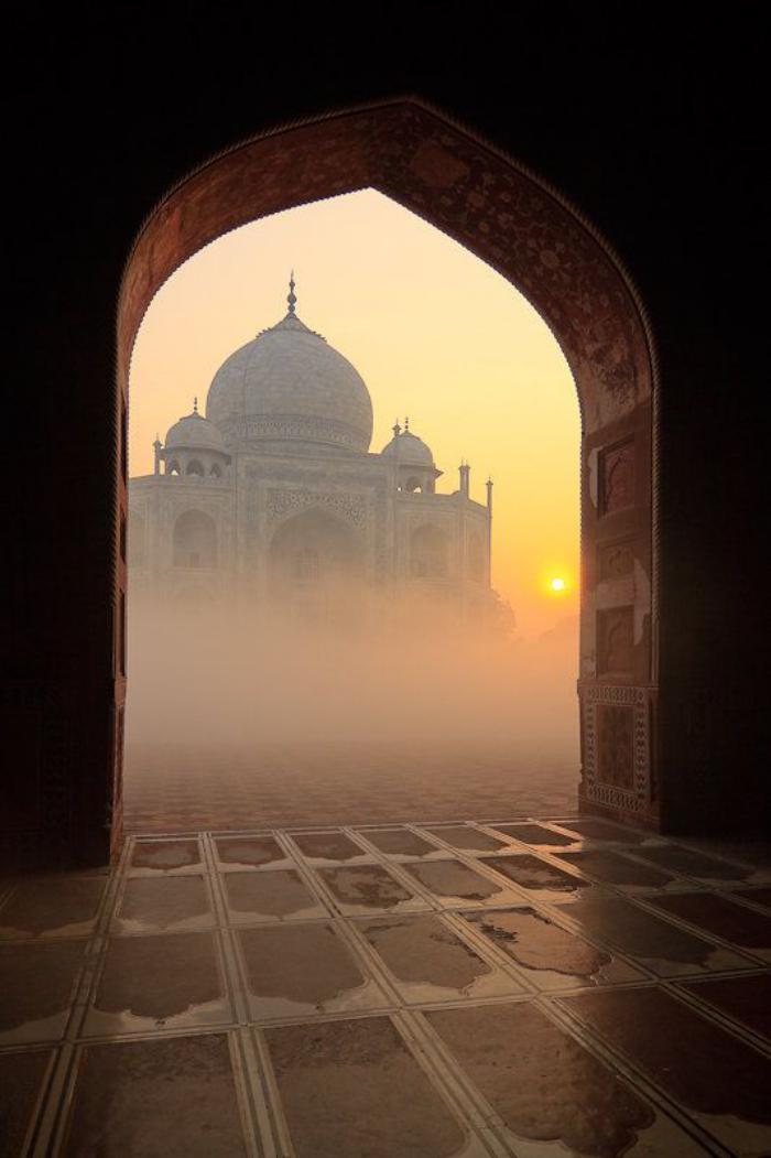 palais-indien-taj-mahal-entrevu-à-travers-un-arc