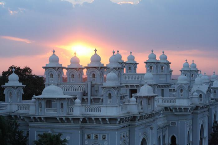 palais-indien-un-palais-blanc-sous-le-coucher-du-soleil