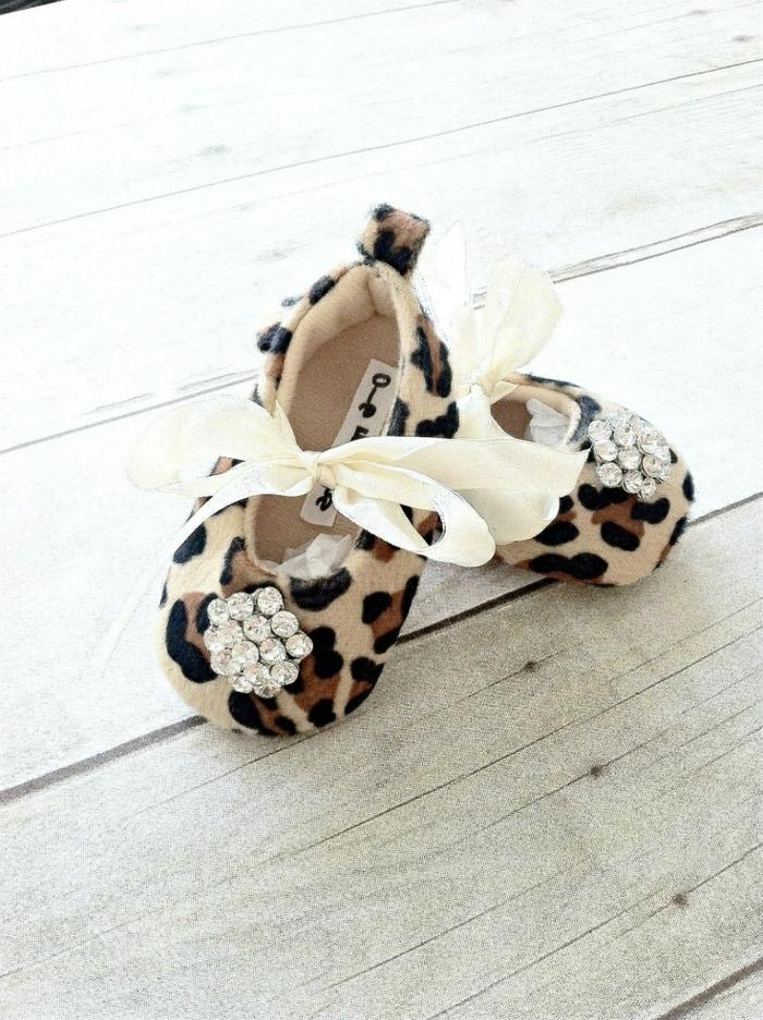 pantoufle-leopard-et-rubain-bébé-balérina-chaussure