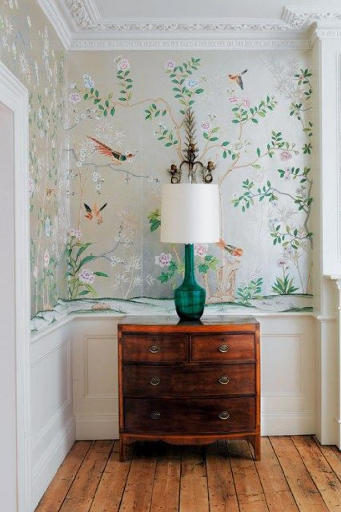 papier-peint-de-couloir-commode-vintage-lampe-de-table