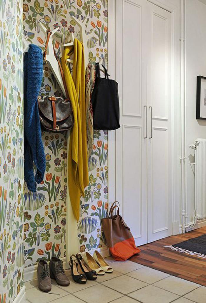 papier-peint-de-couloir-original-porte-manteau-mural-unique