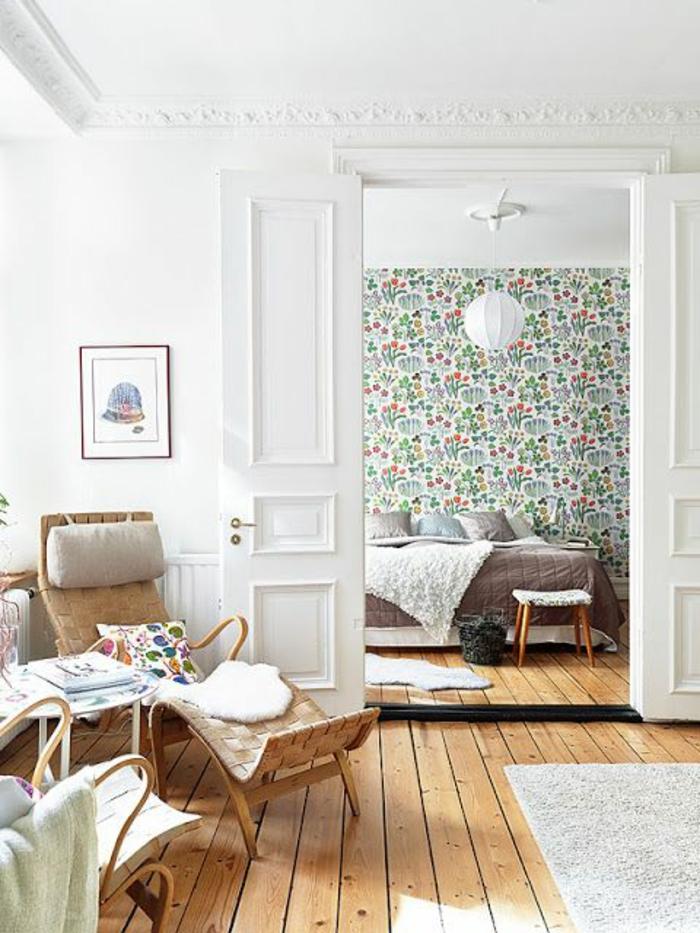 papier-peint-fleuri-pour-la-chambre-a-coucher-moderne-avec-planchers-en-bois-tapis-beige