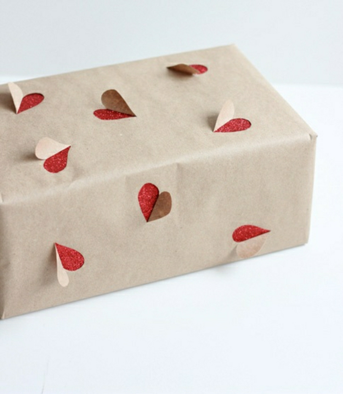 paquet-cadeau-emballage-cadeau-original-beige-pliage-papier-cadeau-original