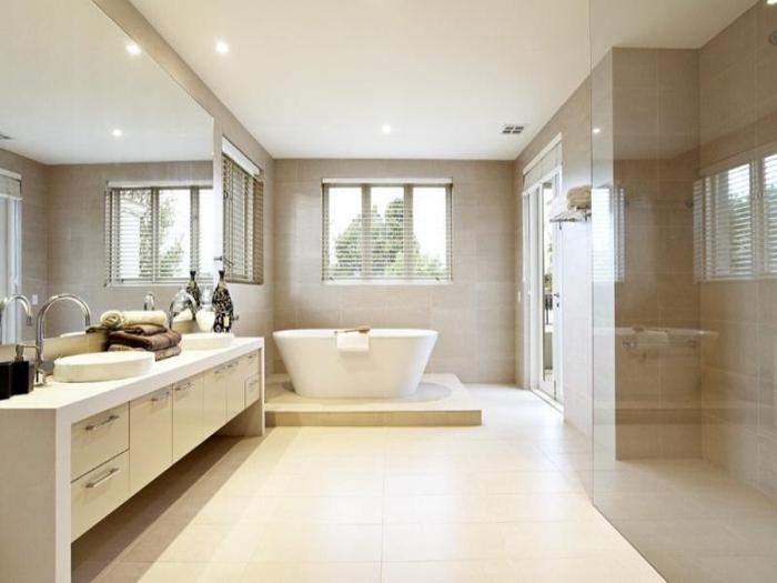 Le carrelage salle de bain quelles sont les meilleures id es - Salle de bain beige et blanc ...