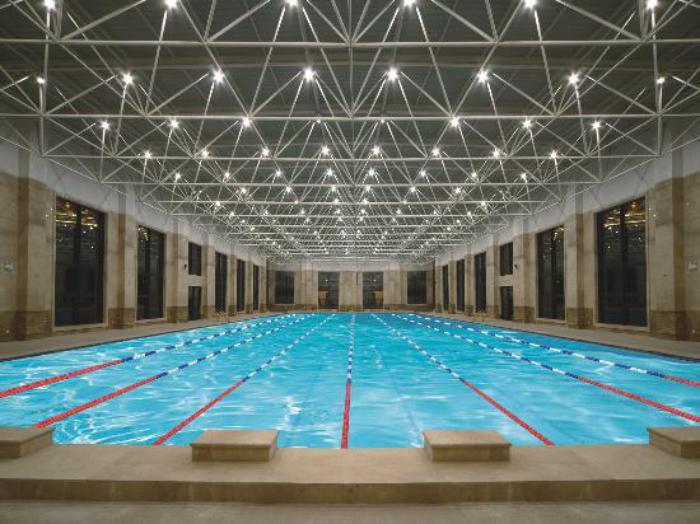 piscine-olympique-avec-un-plafond-lumineux