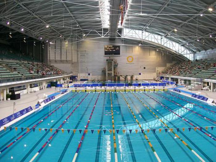 piscine-olympique-et-tribunes-architecture-installations-de-sport