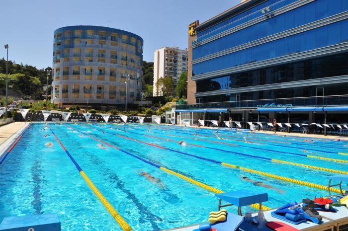 piscine-olympique-extérieure-dans-un-complexe-hôtelier