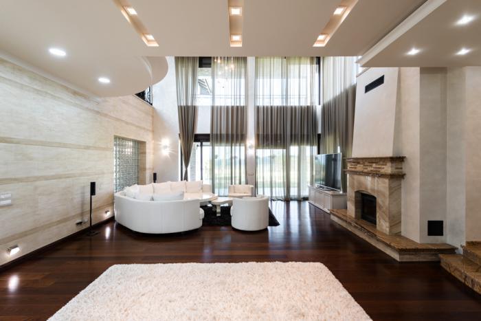 plafond-lumineux-salle-de-séjour-plafond-stratifié-tapis-blanc