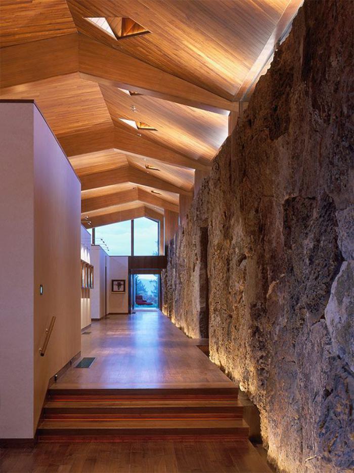 plafond-lumineux-en-bois-et-mur-en-pierre-naturelle