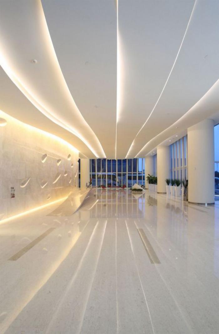 plafond-lumineux-futuristique-grand-couloir-blanc